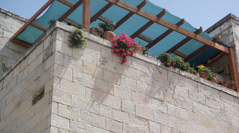 balkon z kwiatami, okryty patio