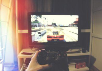 kontroler i telewizor, na nim gra wyścigowa